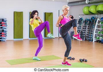 két, egészséges, nők, cselekedet, egyenes, láb, rúgás, gyakorlás, időz, tornázás, alatt, tornaterem