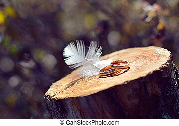 két, esküvő gyűrű, képben látható, fából való, felszín