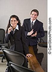 két, fiatal, üzlet végrehajtó, ülés, alatt, tanácskozóterem