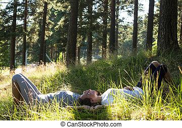 két, fiatal lány, elterül fű, alatt, a, park.