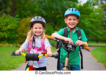 két gyerek, kerékpározás, dísztér