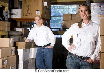 két, hivatal, coworkers, alatt, tárolás, raktárépület
