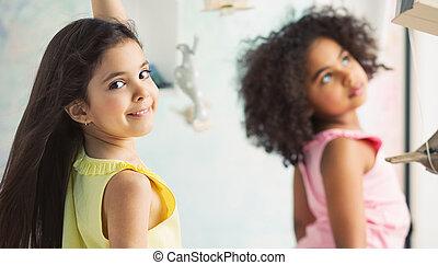 két, imádnivaló, lány, játék együtt