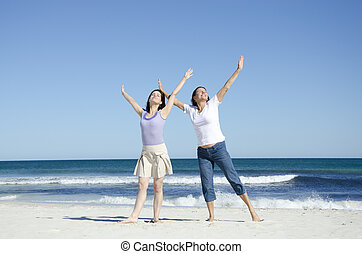két, jókedvű, vidám women, tengerpart