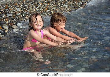 két, kicsi lány, ül, alatt, tenger