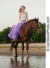 két, lovasok, képben látható, lóháton, -ban, napnyugta, képben látható, a, tengerpart., szerelmes pár, lovagol, hors