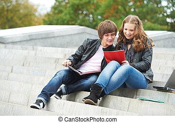 két, mosolygós, fiatal, diákok, szabadban