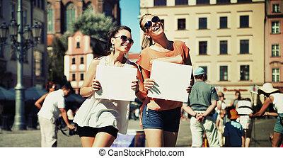 két, mosolygós, lány, birtok, bizottság