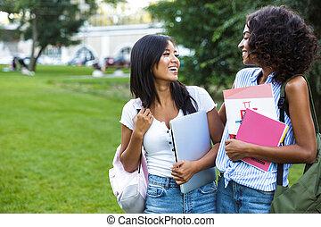 két, mosolygós, young lány, diákok, álló, szabadban