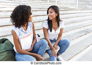 két, mosolygós, young lány, diákok, ül jár, szabadban