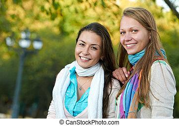 két, mosolygós, young lány, szabadban