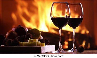 két, pohár bor, és, egy, tányér of, gyümölcs, and sajt