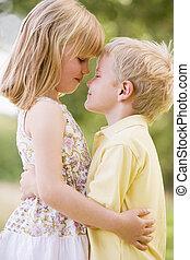 két, young gyermekek, ölelgetés, szabadban