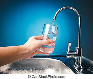 kéz, öntés, egy, pohár víz, alapján, szűr, csap