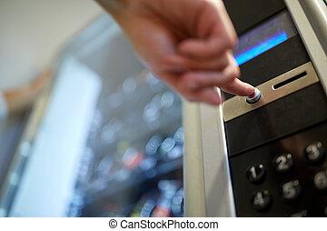 kéz, rámenős, gombol, képben látható, árul gép