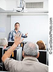 kéz, számítógép, diák, senior hím, osztály, emelés