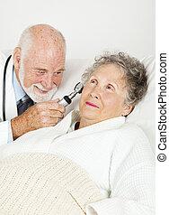 kórház doktor, megvizsgál, türelmes
