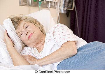 kórház, nő, idősebb ember, ágy, alvás