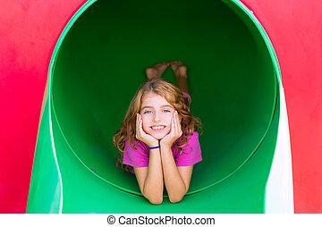 kölyök, lány mosolyog, a parkban, játszótér, fesztelen
