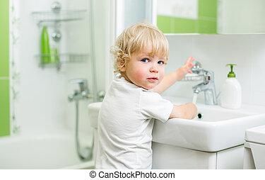 kölyök, mosakszik kezezés, alatt, fürdőszoba