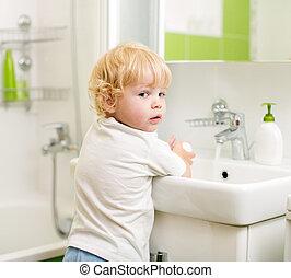 kölyök, mosakszik kezezés, noha, szappan, alatt, fürdőszoba
