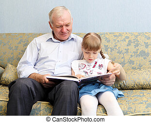 könyv, felolvasás, lányunoka, nagyapa