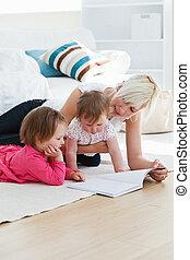 könyv, fiatal, felolvasás, emelet, család, pozitív