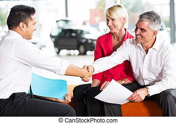 köpare, bil försäljare, handshaking