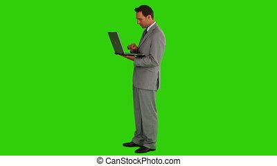 középkorú, üzletember, használ, egy, laptop