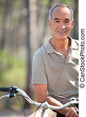 középkorú, ember, elnyomott bicikli
