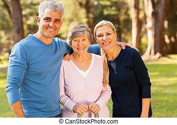 középső, életkor, párosít, és, idősebb ember, anya, szabadban