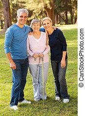 középső, összekapcsol outdoors, idős, anya