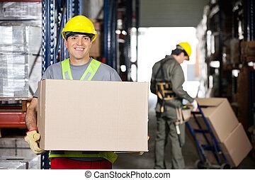 középső felnőtt, brigádvezető, noha, kartonpapír ökölvívás, -ban, raktárépület