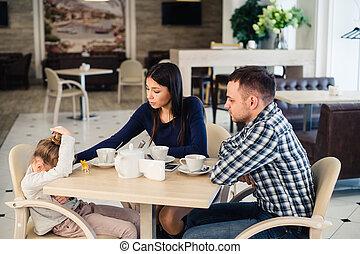 közönséges, család, közül, három, noha, kevés, lány, és, atya, anya, odaad, megnyugvás, -ban, kávéház, közben, ebédel