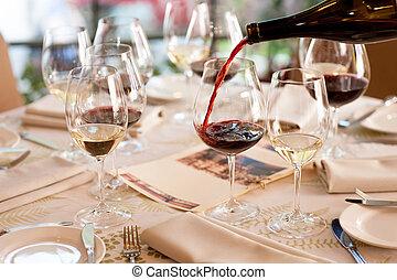 közelkép, bor, winetasting., valaki, piros, öntés, pohár