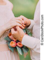 közelkép, középső gerezd, közül, egy, newlywed, párosít, noha, esküvő gyűrű, és, csokor