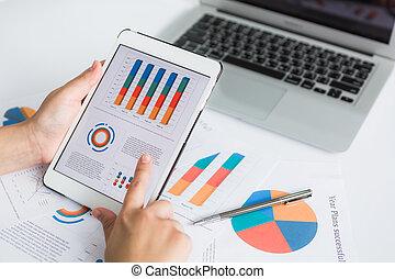 közelkép, közül, üzletember, használ, digital tabletta, noha, anyagi, ábra