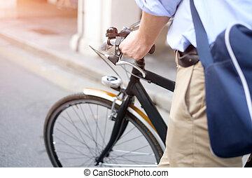 közelkép, közül, ember, lovaglás, övé, bicikli, alatt, a, utca