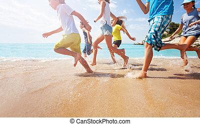 közelkép, közül, futás, gyerekek, combok, alatt, sekély, tenger víz