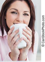 közelkép, közül, nő, noha, kávéscsésze