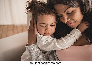 közelkép, portré, közül, gyönyörű, african american, anya lány, ölelgetés, otthon