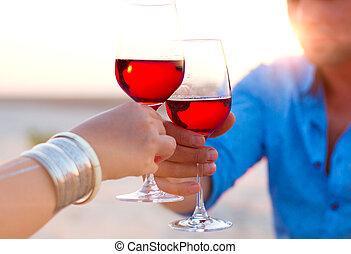 közelkép, wineglasses, két, kéz, human's, közben, bor, piros, sunset.