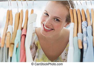 közepette, női, vásárló, ruha akasztó, boldog