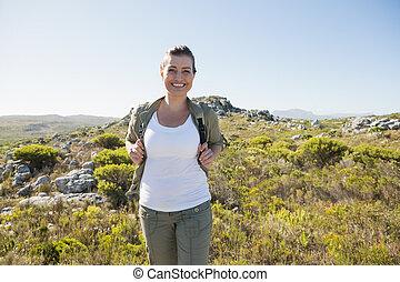 kønne, hiker, smil, kamera, på, bjerg terræn