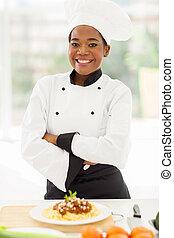 küchenchef, gekreuzte arme, weiblicher afrikaner