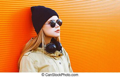 kühl, hüfthose, m�dchen, tragen, a, schwarzer hut, und, kopfhörer, hört, zu, musik, genießt, freiheit, gegen, a, bunte, wand, stadt, straße mode, begriff