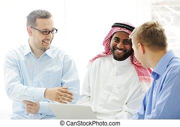 különböző, csoport, dolgozó, laptop, multicultural, együtt,...