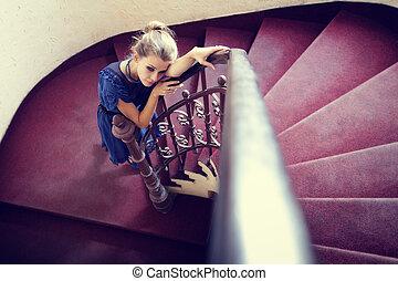 künstlerisch, porträt, von, elegant, frau, auf, treppe