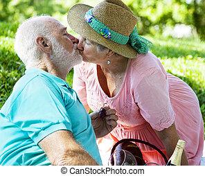 küssende , ältere paare