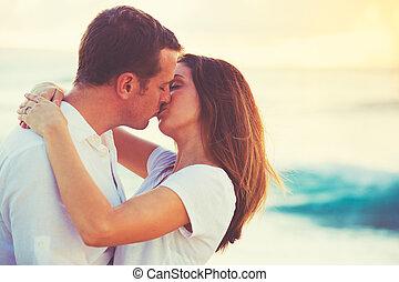 küssende , paar, sandstrand, sonnenuntergang, junger